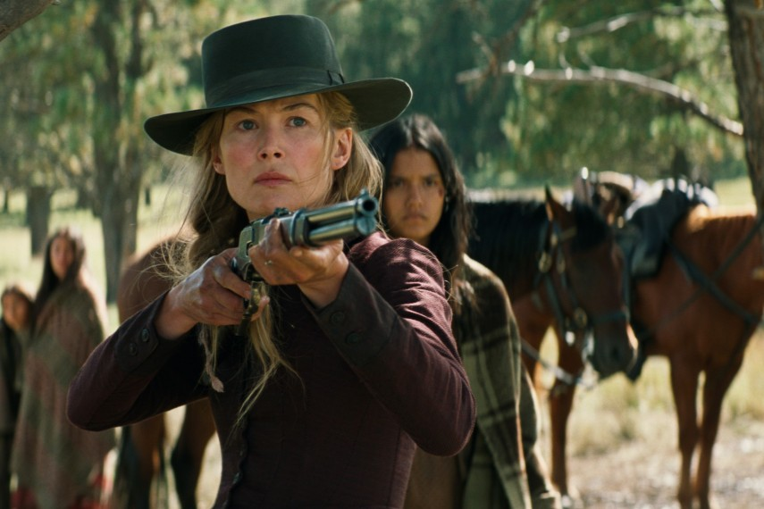 /db_data/movies/hostiles/scen/l/410_07_-_Rosalie_Quaid_Rosamund_Pike.jpg