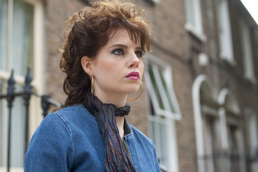 /db_data/movies/singstreet/scen/l/410_08_-_Raphina_Lucy_Boynton.jpg