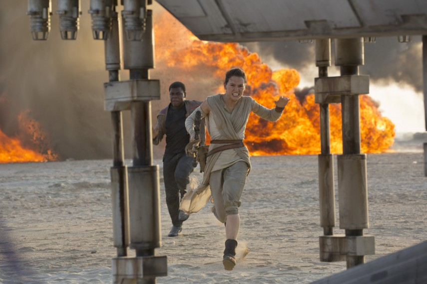 /db_data/movies/starwarsepisode7/scen/l/410_27__Finn_John_Boyega_Rey_D.jpg