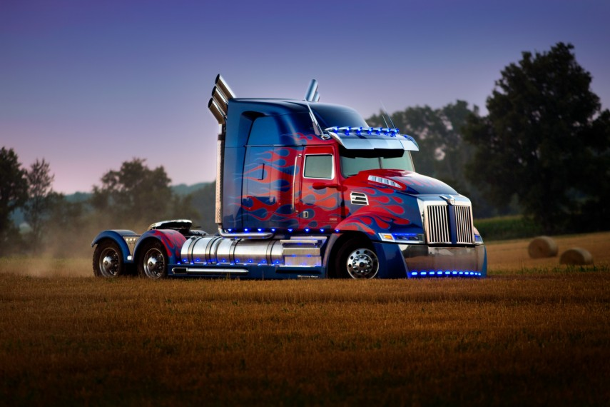 /db_data/movies/transformers5/scen/l/410_15_-_Optimus_Prime.jpg