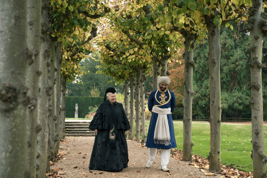 /db_data/movies/victoriaandabdul/scen/l/Judi_Dench_and_Ali_Fazal_in_Victoria_and_Abdul.jpg